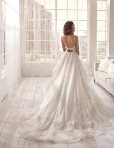 Abito da sposa dallo scollo originale e gonna luminosa