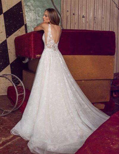 Abito da sposa brillantissimo e scollo grintoso